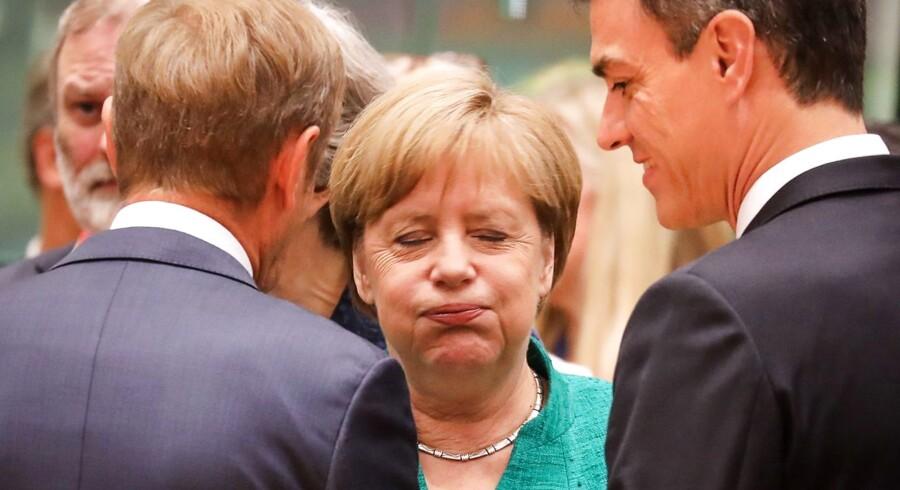 Kansler Angela Merkel puster ud over for rådspræsident Donald Tusk og den spanske premierminister Pedro Sánchez ved åbningen af EU-topmødet, der nok kan give mere sved på panden for den tyske leder. Foto: Ludovic Marin / AFP