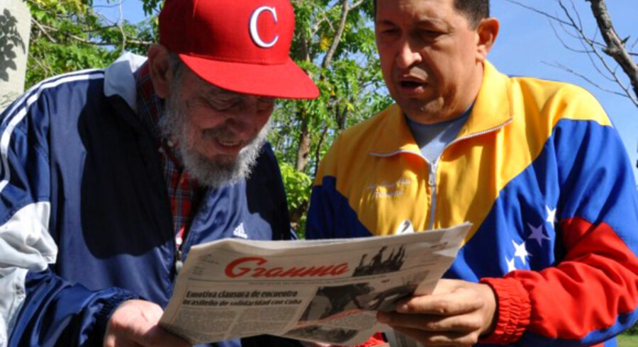 Fidel Castro og Venezuela's præsident Hugo Chavez læser i et eksemplar af den kommunistiske avis 'Granma'.