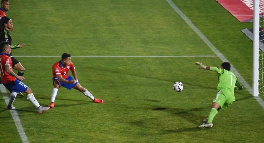 Alexis Sanchez scorer for Chile mod Mexico, men kort efter bliver målet underkendt for offside.