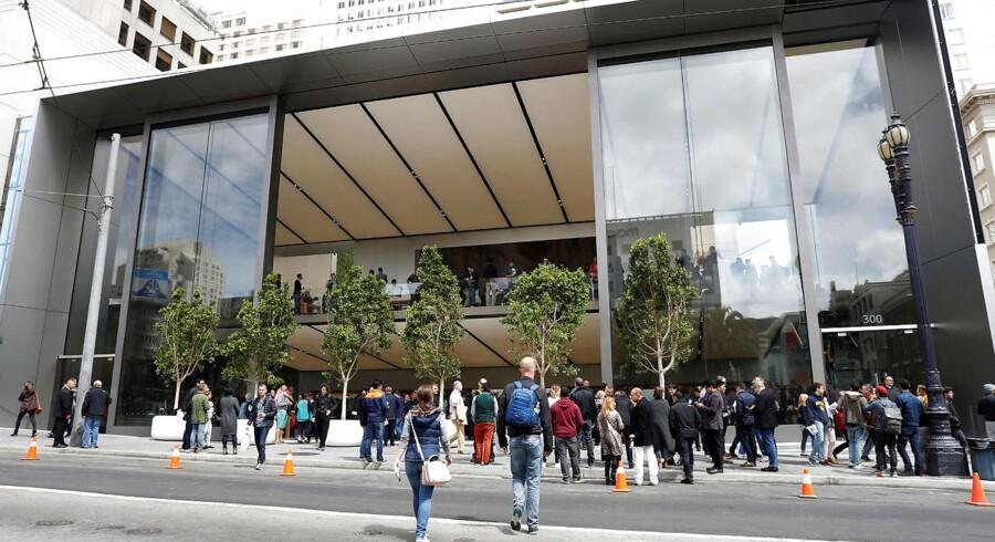 Folk vrimler til ved åbningen af den seneste Apple-butik i San Francisco, Californien.