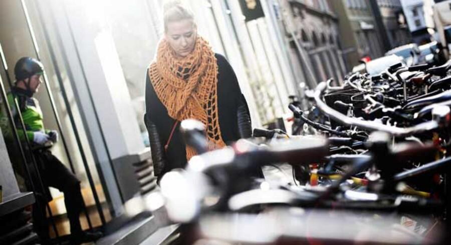 Anne Jessen ser på den cykelpark neden for hendes lejlighed, som hver eneste uge er udsat for organiserede tyverier.