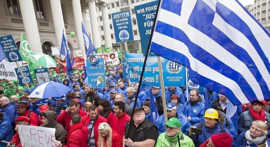 Demonstranter er samlet i det centrale Bruxelles mens den græske premierminister inden for murene presser på for at få Grækenland på dagsordenen.