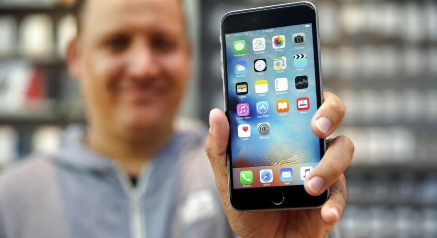 Hvis man har installeret det nye iOS 9-styresystem på sin iPhone eller iPad, bør man straks slå funktionen »Hjælp til Wi-Fi« fra. Ellers hopper telefonen automatisk over på mobilnettet og bruger af datapakken, hvis det trådløse net er for langsomt. Arkivfoto: Robert Galbraith, Reuters/Scanpix