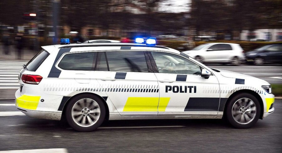 Patruljer fra tre politikredse jagtede natten til fredag en bil med en flok formodede Fakta-tyve tværs over Jylland og et stykke på Fyn, før det lykkedes tyvene at køre fra politiet og slippe væk.