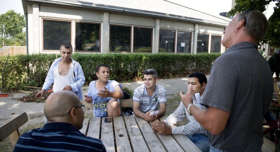 Lejrchef i asylcenteret Auderød taler med syriske asylansøgere.