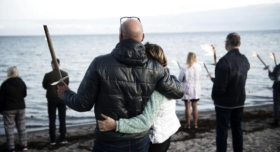 Den svenske journalist Kim Wall mindes med et fakkeltog på Ishøj Strand i slutningen af august sidste år. Nu vil hendes forældre skrive en bog i hendes minde. (Foto: Sarah Christine Nørgaard/Scanpix 2017)