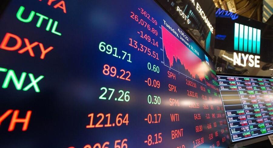 ktiekurserne fortsætter med at falde på børsen i New York mandag, hvor Dow Jones-indekset endte med et fald på 4,6 procent ved børsens lukning i New York mandag.. / AFP PHOTO / Bryan R. Smith