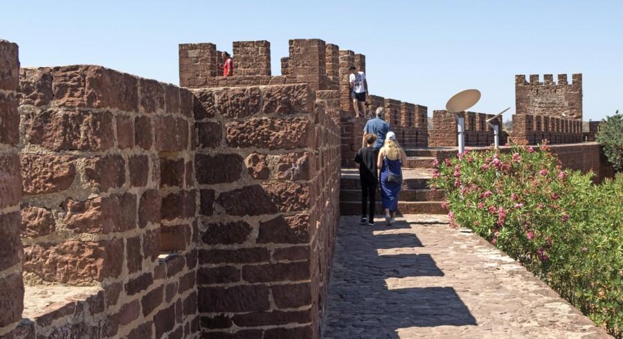 Der er flot udsigt gennem skydeskårene øverst på borgens mure.