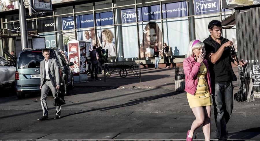 Det var en uvant situation, der skulle håndteres, da den danske virksomhed Jysk pludselig stod med en række butikker i konfliktramte områder i Ukraine, og medarbejdere ringede og græd, fordi de hørte bomber uden for vinduet.