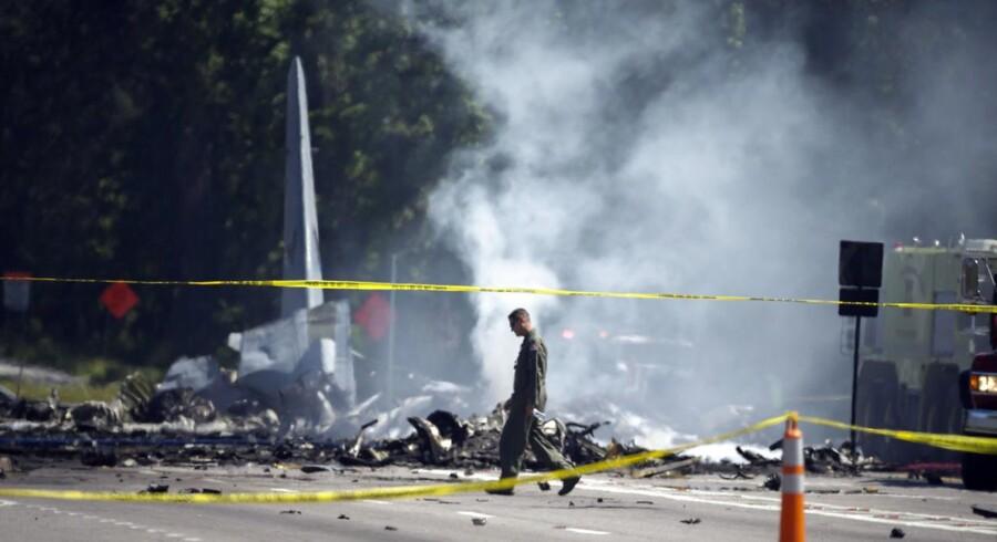 Ni meldes dræbt efter militært transportfly styrtede ned i Georgia, USA.