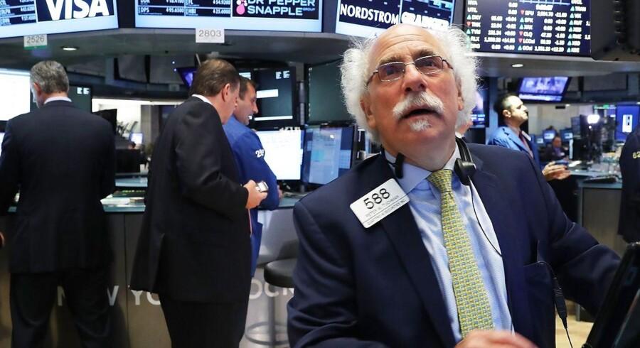 De japanske aktier dykker onsdag med over tre procent, pundet styrter, og danske aktier står for tur til knubs.