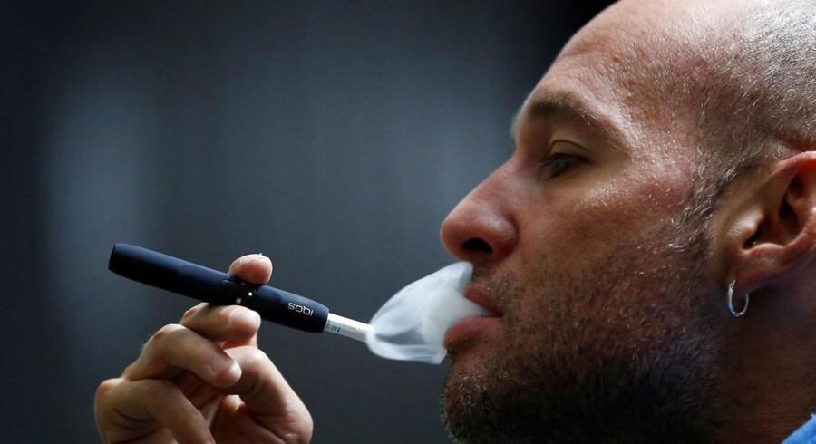 Et ekspertpanel under de amerikanske sundhedsmyndigheder mener ikke, at tobaksselskabet Philip Morris' elektroniske cigareterstatning IQOS er mindre skadelig end cigaretter. Philip Morris' aktier faldt mærkbart.