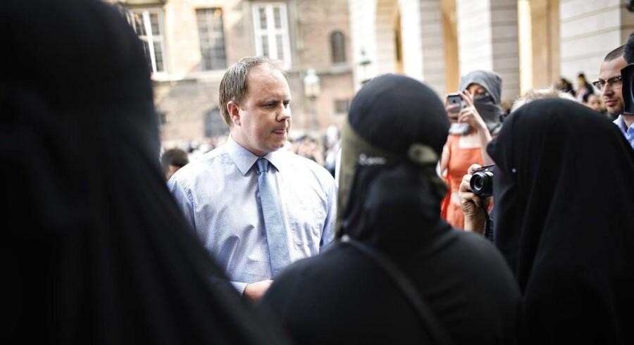 Dansk Folkepartis udlændingeordfører Martin Henriksen dukkede op til en demonstration mod tildækningsforbud i Rigsdagsgården ved Christiansborg torsdag den 31. maj. Blandt europæiske højrepolitikere møder burkaforbuddet stor opbakning.