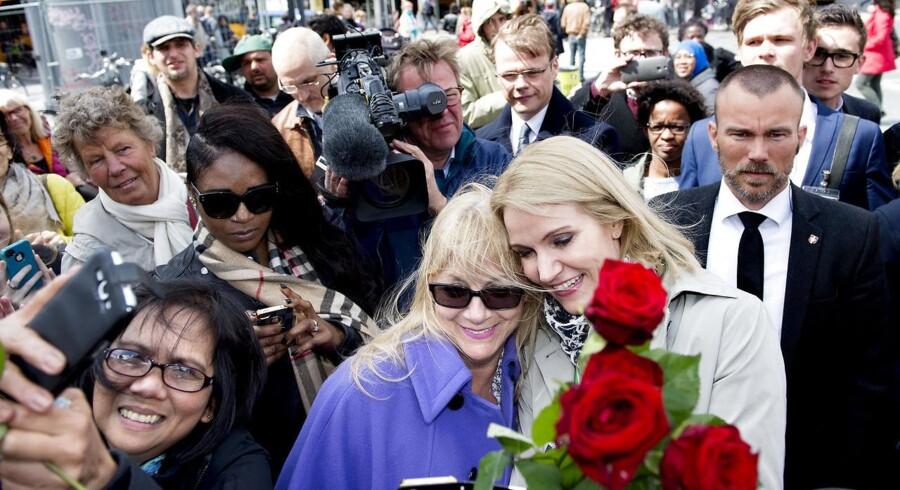 Folketingsvalg 2015. Statsminister Helle Thorning-Schmidt skød onsdag d. 27. maj 2015 valgkampen igang med at dele røde roser ud på Nørreport Station i København.