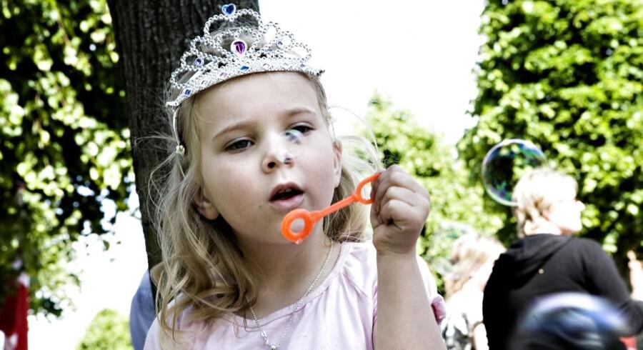 Der findes rigtige prinsesser, og så findes der alle småpigerne med prinsessekroner. En af dem var tilskuer til prins Joachims bryllup med Marie Cavalier, som nu blev en rigtig prinsesse. Arkivfoto: Kristian Brasen