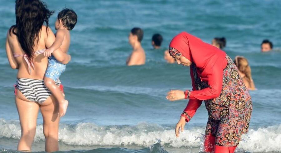Arkivfoto: Det franske forbud mod at bære en burkini på nogle strande i landet har fået salget til at stige hos »opfinderen« af burkinien.