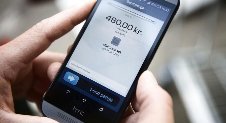 Virksomheder vil fremover kunne sende fakturaer til kunder via Danske Banks mobilapplikation.. (Foto: Simon Læssøe/Scanpix 2015)