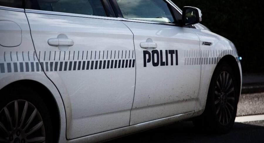 Politifolk følte sig søndag formiddag nødsaget til at affyre deres tjenestevåben mod en 40-årig mand efter flere timers vanvidskørsel i Slangerup i Nordsjælland. Free/Colourbox