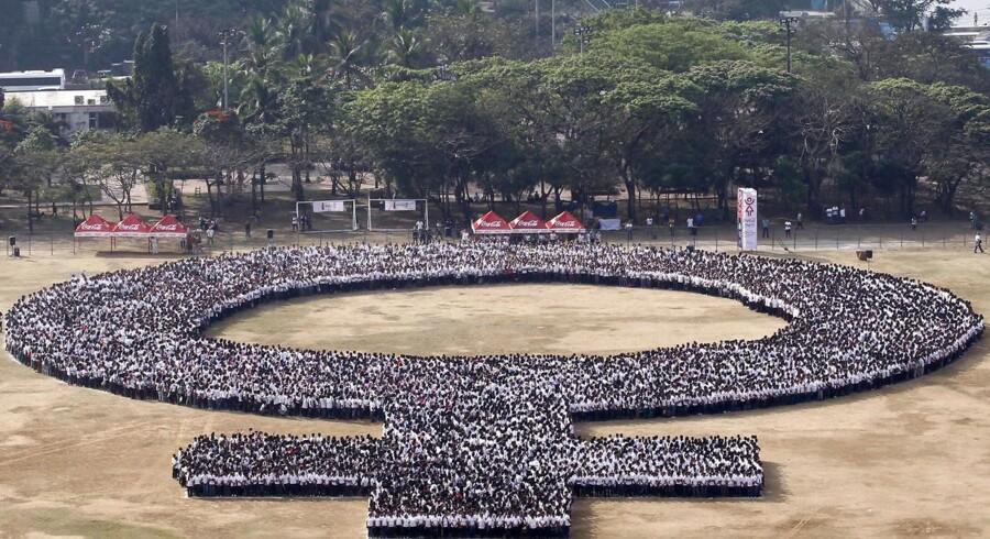 Den 8. marts blev kvindernes internationale kampdag, hvor man fejrer kvinders økonomiske, sociale og politiske bedrifter, markeret verden over. Se hvordan det løb af staben.I Manila på Filippinerne udgjorde over 10.000 deltagere et kvindesymbol, hvilket forventes at slå Guinness verdensrekord for den største menneskelige formation af det kvindelige symbol.