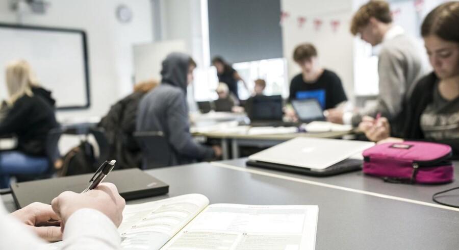 De fleste danskere sætter komma på den gammeldags facon - med startkomma - men vi er ikke særligt gode til det. Dansk Sprognævn efterlyser mere grammatikundervisning. Arkivfoto fra undervisning på Højdevangens Skole.