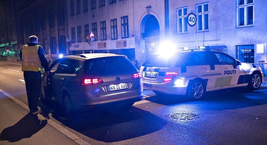 To betjente og en civil er ramt af skud på Christiania.