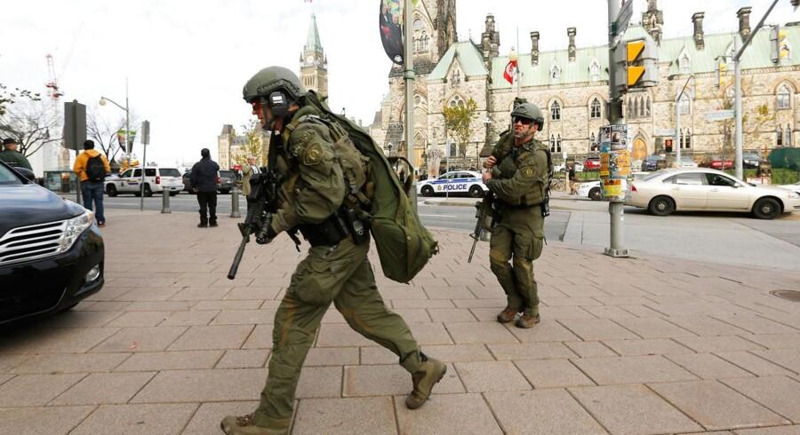 Politi og militær er onsdag mødt talstærkt op ved parlamentet i den canadiske hovedstad, Ottawa, efter skyderier.