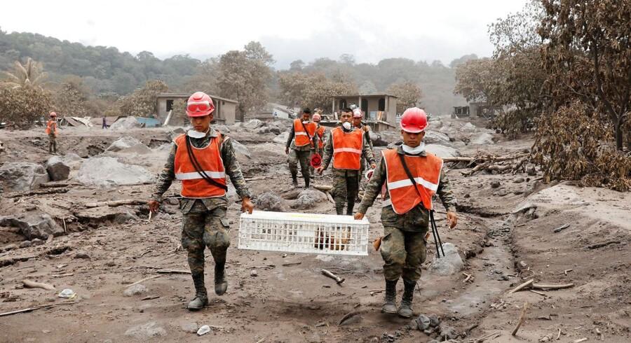 Redningsfolk i et område ødelagt af vulkanen Fuego ved San Miguel Los Lotes, Escuintla, Guatemala. 7. juni 2018.