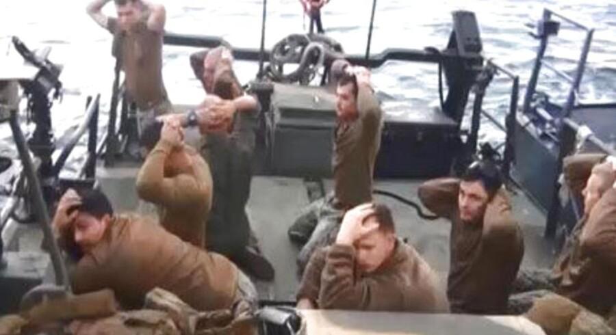 Hænderne op! Ti søfolk fra US Navy kom på afveje og blev opbragt af Irans Revolutionsgarde, som filmede deres fangst og sendte affotograferinger af filmen ud i verden. Men det endte helt fredsommeligt.