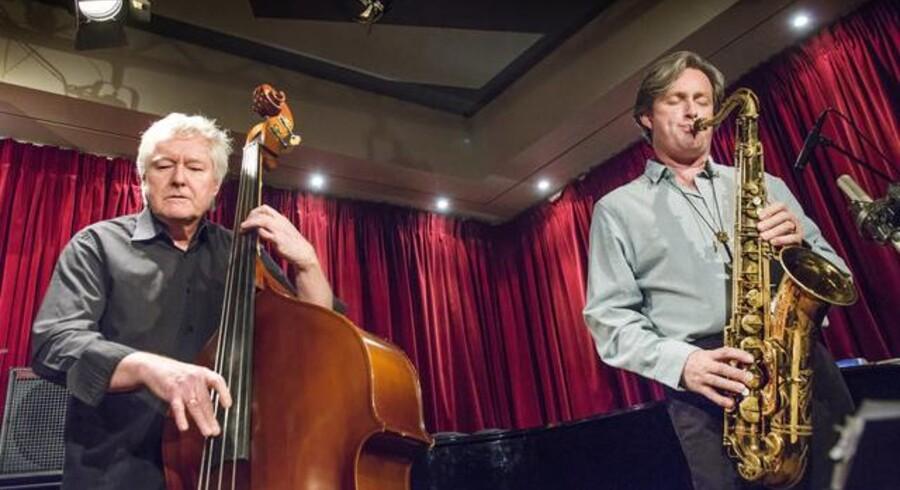 Den norske bassist Arild Andersen og den skotske tenorsaxofonist Tommy Smith på scenen i Jazzhus Montmartre, torsdag aften. Foto: Torben Christensen