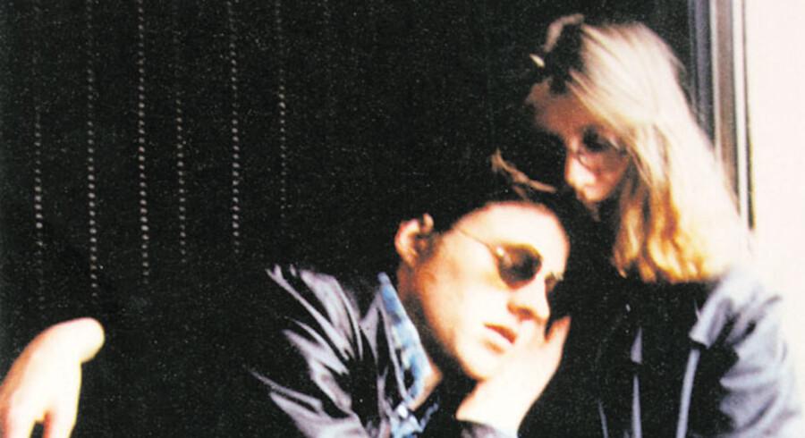 Sommeren 1972, hvor 18-årige Stieg Larsson og 18-årige Eva Gabrielsson mødes i Umeå. Siden flytter de til Stockholm, hvor den på én gang blide og benhårde Stieg begynder sit journalistliv på nyhedsbureauet TT, og Eva får job som arkitekt.