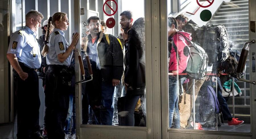Venstre ønsker ikke at tage vielsesringe og arvesølv fra flygtninge, men asylansøgere skal vide, at de kan komme til at betale for noget af opholdet, lyder det fra partiets politiske ordfører, Jakob Ellemann-Jensen.