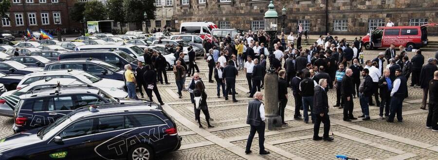 Demonstration imod taxatjenesten Über på Christiansborg slotsplads onsdag den 16. september 2015.