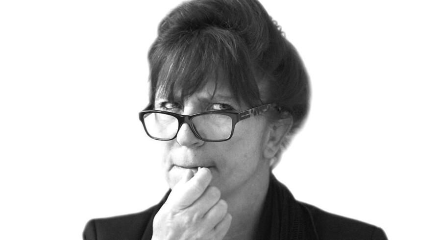 »Ingen fortæller historier, der omhandler personer. Alle udvælger træk, der hurtigt beskriver dem. Hvorfor? Fordi det er billedskabende, hvad hverken vitser eller historier kan leve uden,« skriver Susanne Staun.