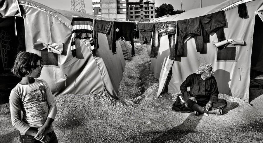 Syriske flygtninge i flygtningelejr nær grænsen ind til Syrien.