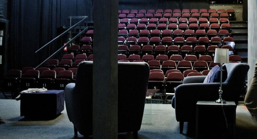 Casepersonen Malte arbejder nemt gratis +50 dage om året. Lige nu optræder han på Teater Grob, hvor han er fotograferet torsdag d. 10. april 2014. Hele serien bygger i øvrigt på en undersøgelse, hvor konklusionen er, at livet som skuespiller langt fra er glamour.