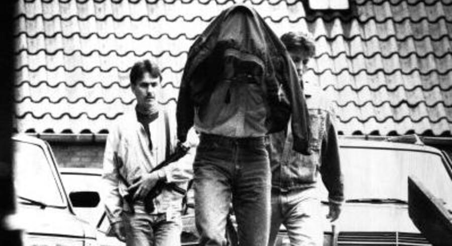Et af Blekingegadebandens medlemmer, Bo Weimann, føres væk af politiet. I 1988 røvede han sammen med resten af gruppen postkontoret i Købmagergade og fik 13 mio. kr. med sig. En politimand blev dræbt. Arkivfoto: Tommy Verting