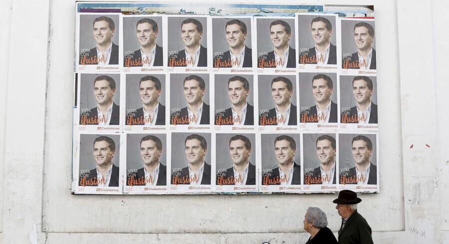Ciudadanos-leder Albert Rivera, der her er kommet til vægs i Sanlúcar de Barrameda i det sydvestlige Spanien, glæder sig over, at »spanierne 20. december for første gang i årevis kan stemme uden samtidig at skulle holde sig for næsen«. Det budskab ser ud til at kunne samle i omegnen af 16 procent af stemmerne, når Spanien i dag afholder parlamentsvalg.