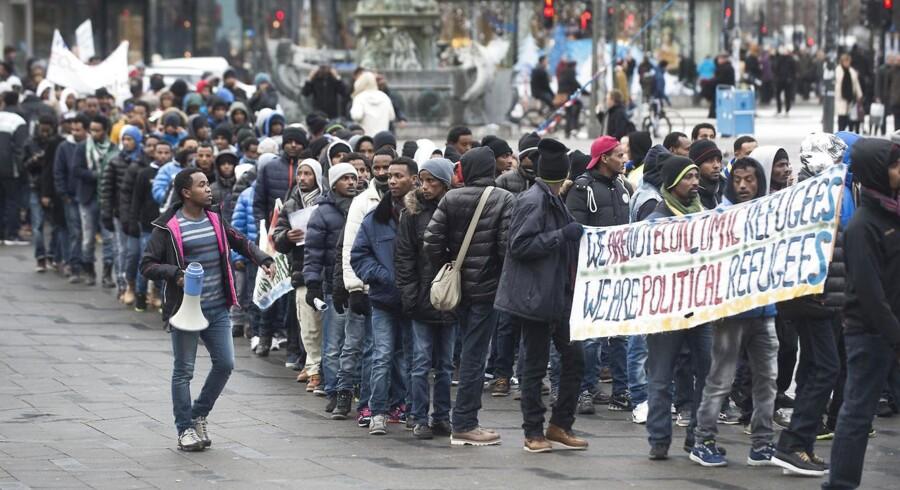 Flere hundrede eritreere gik i går fra Rådhuspladsen i protest over Udlændingestyrelsens omdiskuterede rapport om forholdene i Eritrea. »Hvorfor skulle vi være her, hvis der var fred i Eritrea? Vi er her, fordi vi har brug for beskyttelse,« siger den politiske flygtning Abraham H.