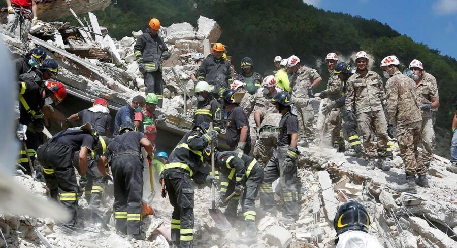 Redningsmandskab arbejder i Pascara del Tronto i det centrale Italien, den 24. august, efter et jordskælv ramte landet om natten.