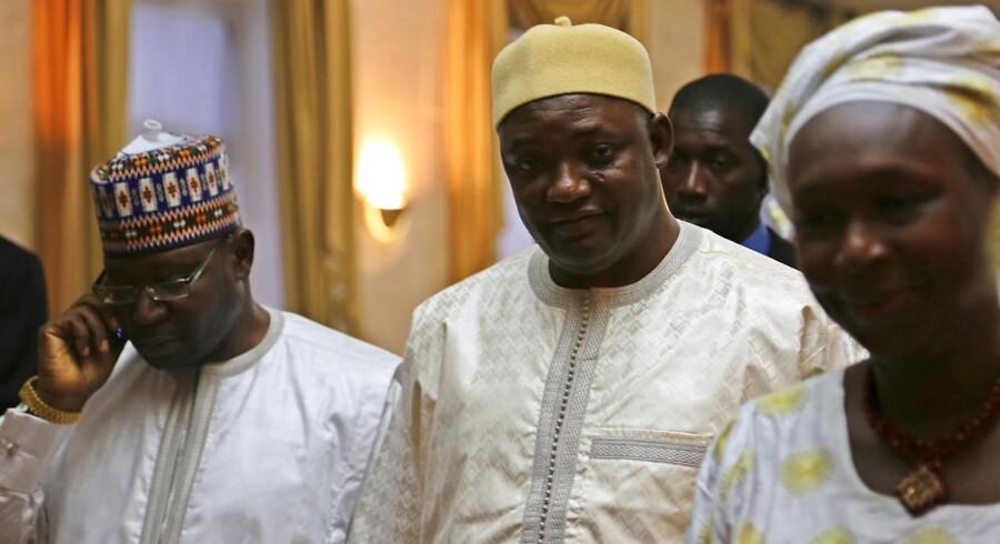 Gambias nye præsident Adama Barrow, midten, var mandag eftermiddag fortsat i asyl i nabolandet Senegal, men snart vil han vende tilbage til Gambia, og så skal den tidligere ejendomsmægler vise, at han kan lede et land, selv om han blev præsident ved et tilfælde. Foto: Reuters