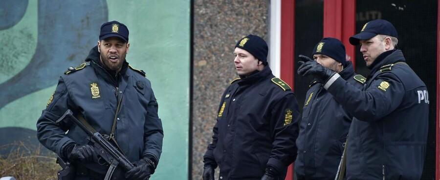 PET er i aktion i boligområde i Ishøj To politikredse og efterretningstjenesten har afspærret boligblok i Ishøj. PET og to politikredse er i gang med en aktion torsdag formiddag. Det oplyser Københavns Politi på Twitter. Politiet skriver, at man ikke umiddelbart har yderligere oplysninger om sagen. I aktionen deltager såvel Politiets Efterretningstjeneste som betjente fra Københavns Politi og Københavns Vestegns Politi. Netop på Vestegnen har flere medier torsdag formiddag rapporteret om usædvanlig aktivitet. I Vejledalen i Ishøj er et område blevet afspærret.