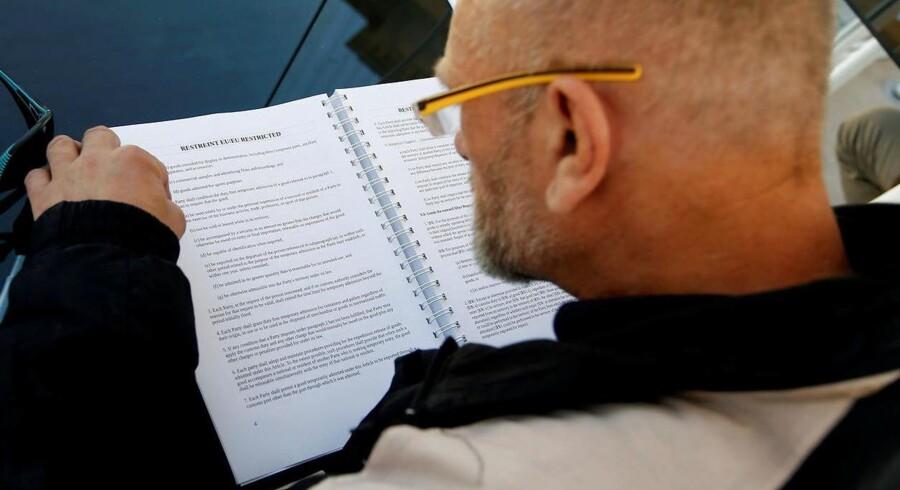 Greenpeace lækkede mandag 248 sider med positioner i forhandlingerne mellem EU og USA om frihandelsaftalen. Her læser en mand de lækkede papirer i Berlin.