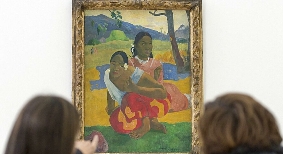 To kvinder kigger på maleriet »Nafea faa ipoipo« (Hvornår skal du giftes) malet i 1892 af den franske maler Paul Gauguin. Foto: Georgios Kefalas/EPA