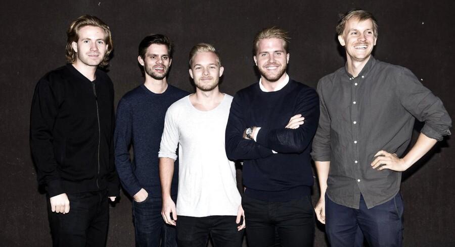 Seks unge mænd har lavet en app, der lader dig finde andre folk, som gerne vil mødes til fest. Fra venstre: Kristoffer Juhl, Niels Hanggaard, Christian Lomholt, Frederik Bjergager og Jens Grud.