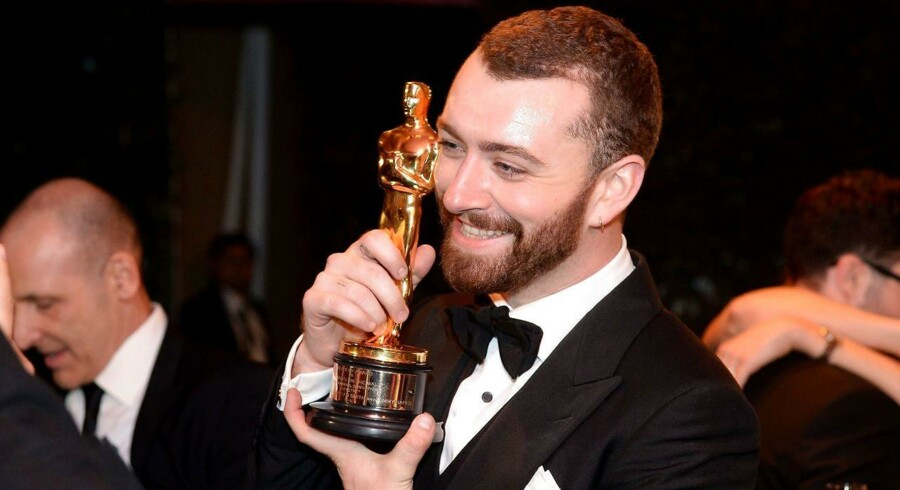 Sam Smith med sin Oscar for sangen »Writing's on the Wall« fra Bond-filmen »Spectre«.