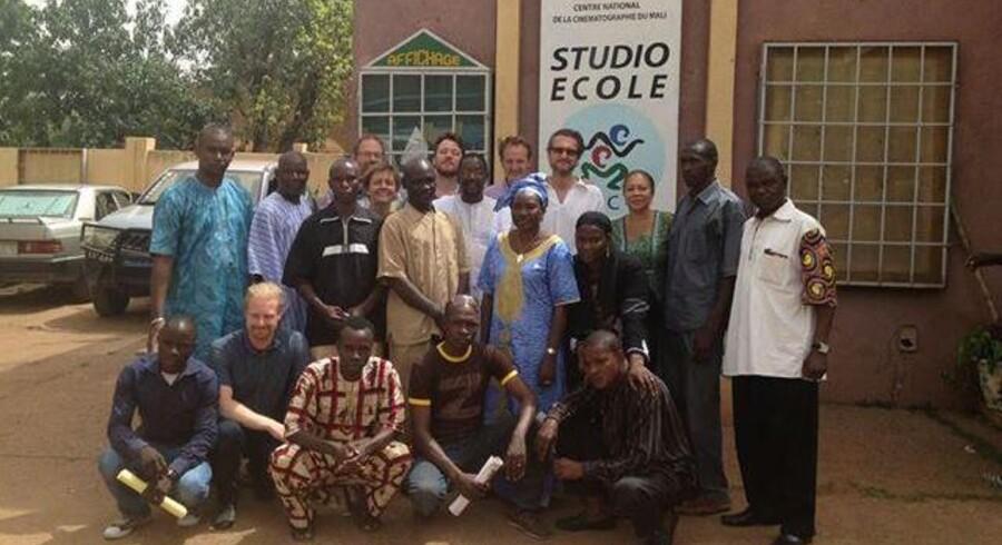 Per Fly (foran skiltet) fotograferet ved filmcenteret i Bamako.