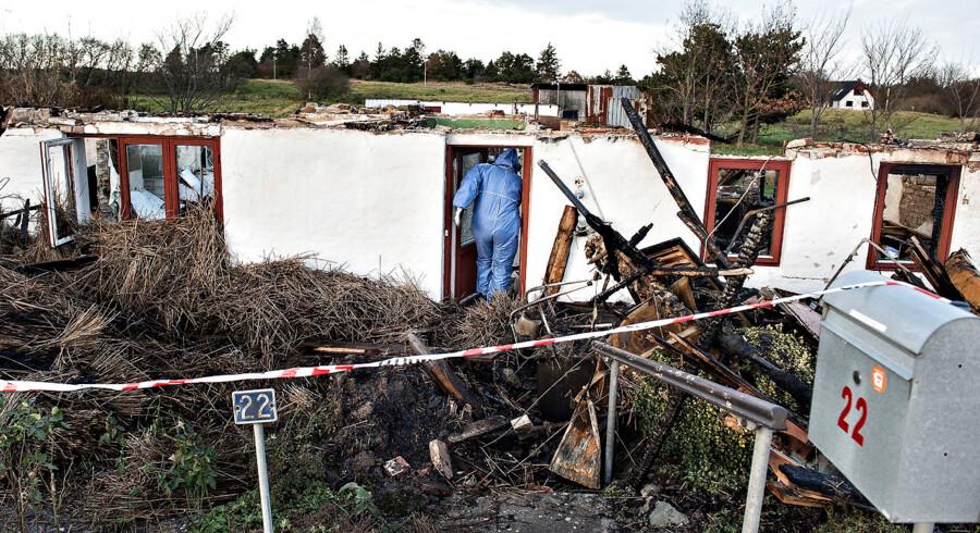 (ARKIV) Politiets teknikere arbejder på brandstedet, onsdag den 23. november 2016, hvor et stråtægt hus udbrændte og en 89-årig kvinde måtte reddes ud. Sagen mod en 34-årig mand, der er tiltalt for 33 forhold, der alle drejer sig om brandstiftelse i området omkring Fjerritslev i Nordjylland, begynder onsdag den 1. november 2017.. (Foto: Henning Bagger/Scanpix 2017)