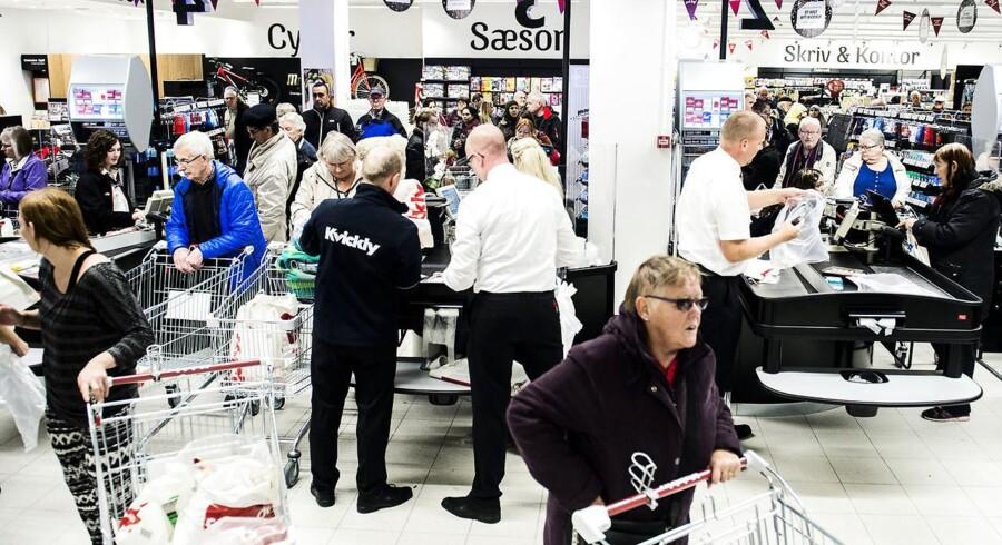 Danske forbrugere kan få lønningskronerne til at strække længere, når der skal fyldes varer i kurven i supermarkedet.