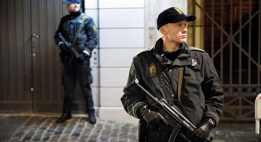 En betydelig del af politiets ressourcer går til terrorbevogtning og grænsekontrol. Men hvordan bruger politiet ellers tiden på indbrud, røveri og andre straffesager? Nedenstående grafik giver svaret. (Foto: Søren Bidstrup/Scanpix 2015)