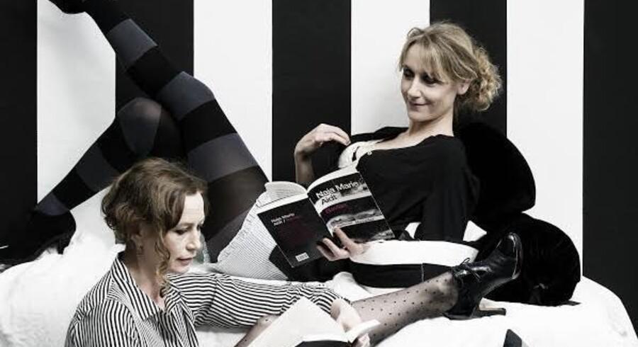 Anette Støvelbæk og Sarah Boberg omgiver de forvirrede, skæve eksistenser i Naja Marie Aidts tekster med ømhed og smil og får os til at holde af det hele. Foto Robin Skjoldborg